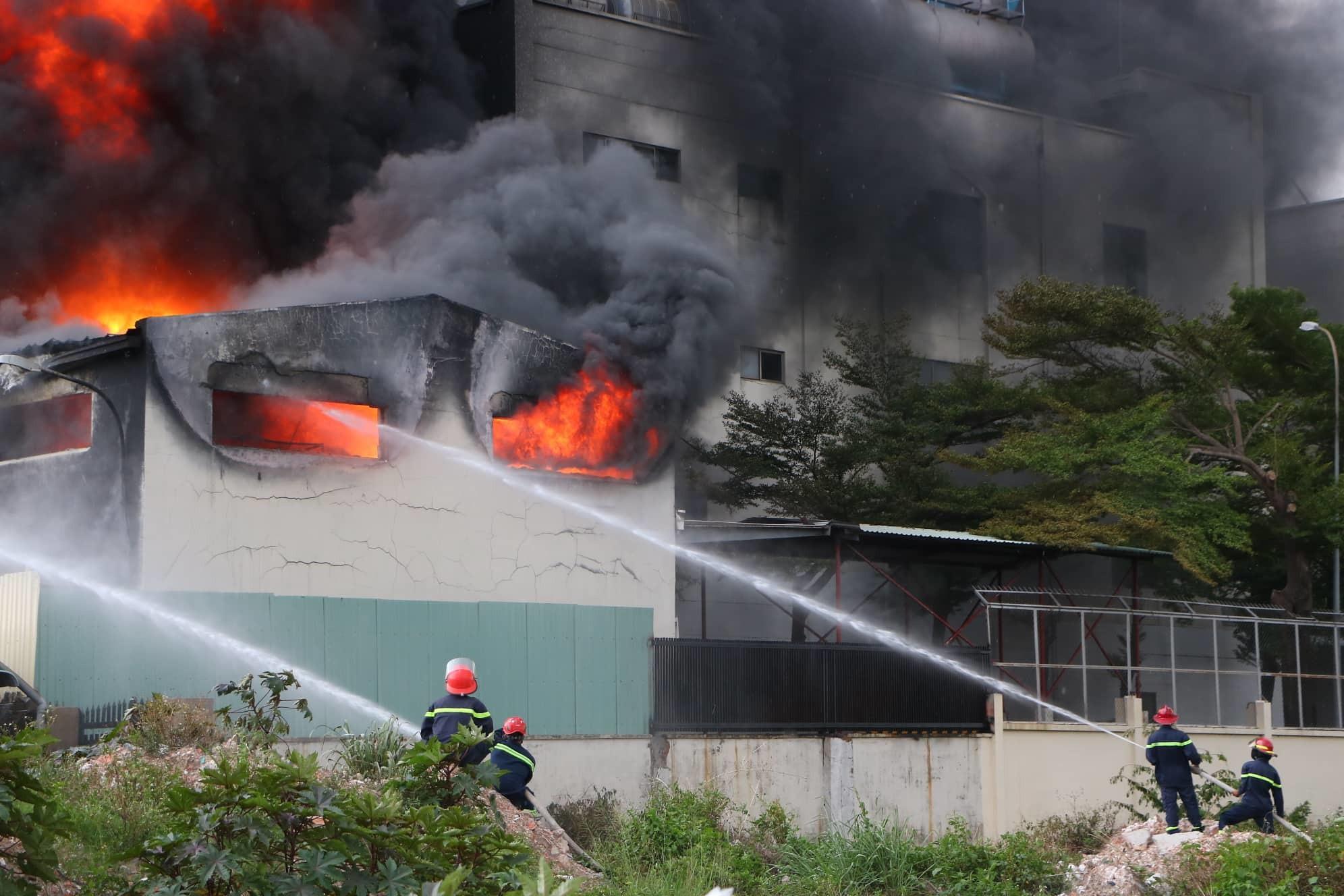 Bình Dương: Công ty băng keo rộng hàng ngàn mét vuông cháy khủng khiếp, công nhân tháo chạy thục mạng - Ảnh 2.