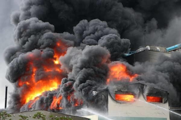 Bình Dương: Công ty băng keo rộng hàng ngàn mét vuông cháy khủng khiếp, công nhân tháo chạy thục mạng - Ảnh 1.
