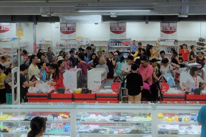 Sốc với cảnh tượng còn sót lại sau khi người dân săn đồ giảm giá 50% nhân dịp chuỗi siêu thị Auchan của Pháp rời khỏi Việt Nam - Ảnh 5.
