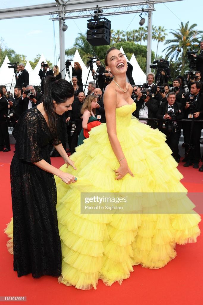 Sự cố hy hữu trên thảm đỏ Cannes: Mải mê tạo dáng, mẫu Brazil bị tụt váy, lộ gần cả vòng 1 trước hàng trăm con mắt - Ảnh 3.