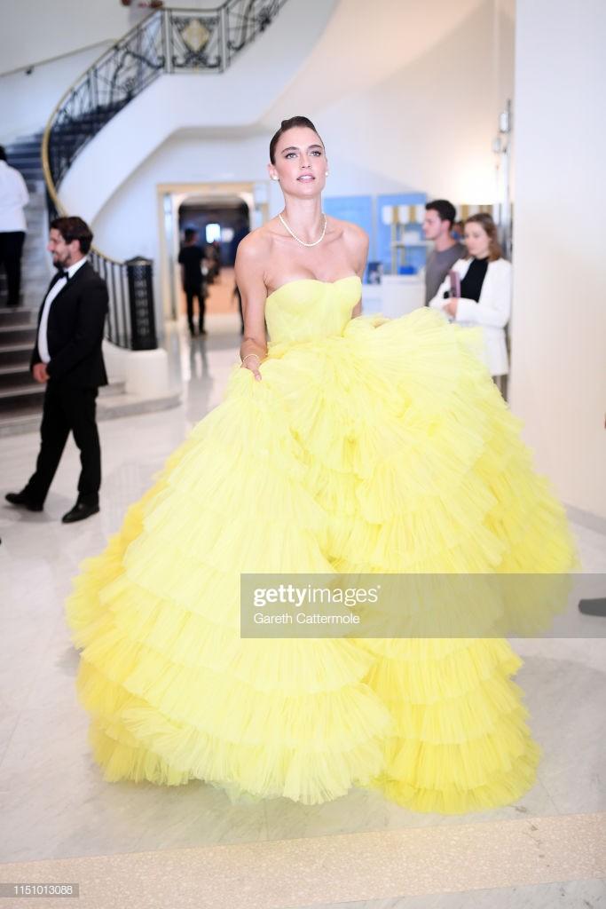 Sự cố hy hữu trên thảm đỏ Cannes: Mải mê tạo dáng, mẫu Brazil bị tụt váy, lộ gần cả vòng 1 trước hàng trăm con mắt - Ảnh 4.