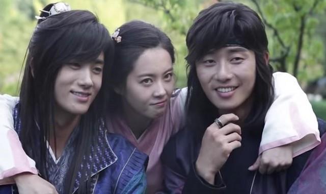5 tình bạn chị chị em em của phim Hàn: Số 1 cướp vai trơ trẽn, số 2 nam chính nam phụ hôn lén ở hậu trường - Ảnh 20.