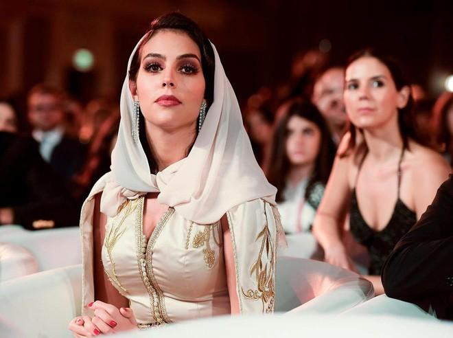 Cô gái vàng trong làng lọ lem đời thực: Mẫu 9x chiếm trọn trái tim, khối tài sản nửa tỷ đô của tay sát gái Ronaldo - Ảnh 4.