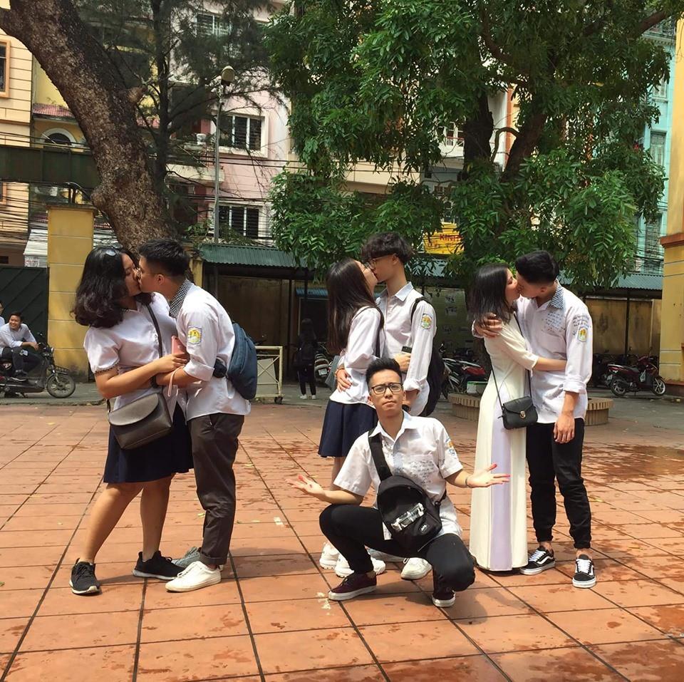 Bức ảnh trai đẹp lẻ loi giữa đám bạn hôn nhau ở trường gây bão: Sao tôi ế trường tồn mà ai cũng có người yêu - ảnh 1