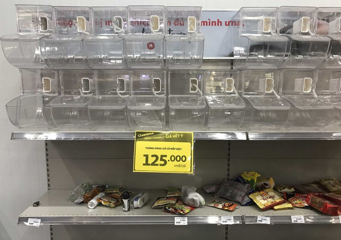 Nhân viên Auchan muốn khóc nhìn khách vừa mua, vừa ăn, vừa phá hàng hóa trong siêu thị - Ảnh 3.