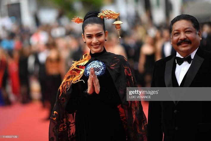 Không có Lý Nhã Kỳ thì đã có Trương Thị May mang áo dài Việt lên thảm đỏ LHP Cannes - Ảnh 4.