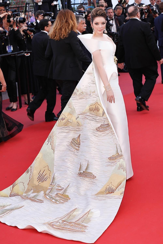 Không có Lý Nhã Kỳ thì đã có Trương Thị May mang áo dài Việt lên thảm đỏ LHP Cannes - Ảnh 1.