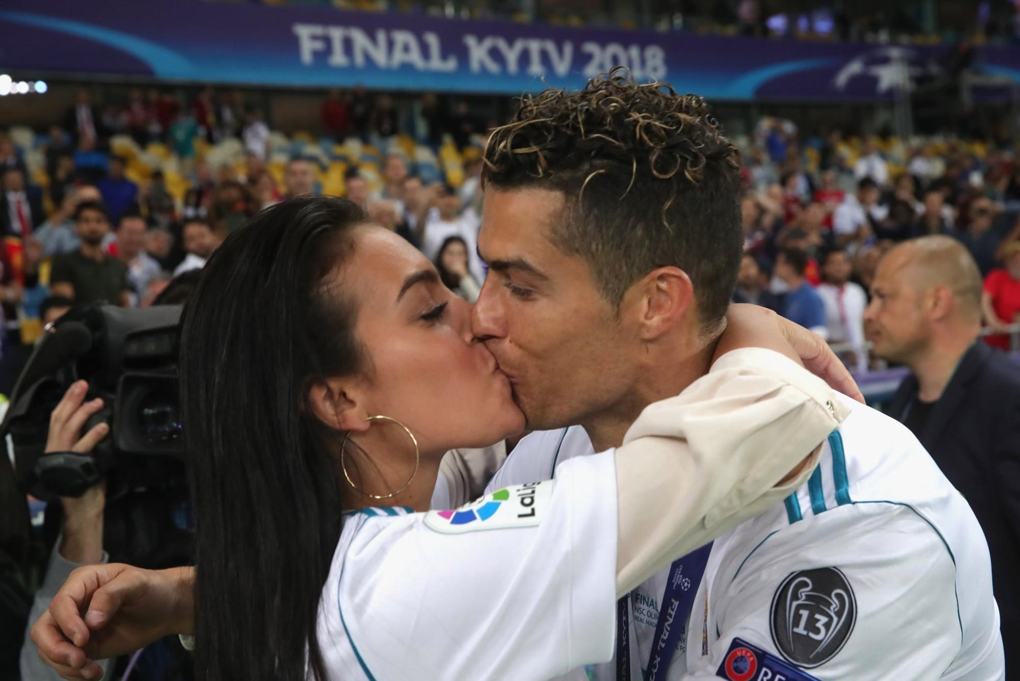 Cô gái vàng trong làng lọ lem đời thực: Mẫu 9x chiếm trọn trái tim, khối tài sản nửa tỷ đô của tay sát gái Ronaldo - Ảnh 13.