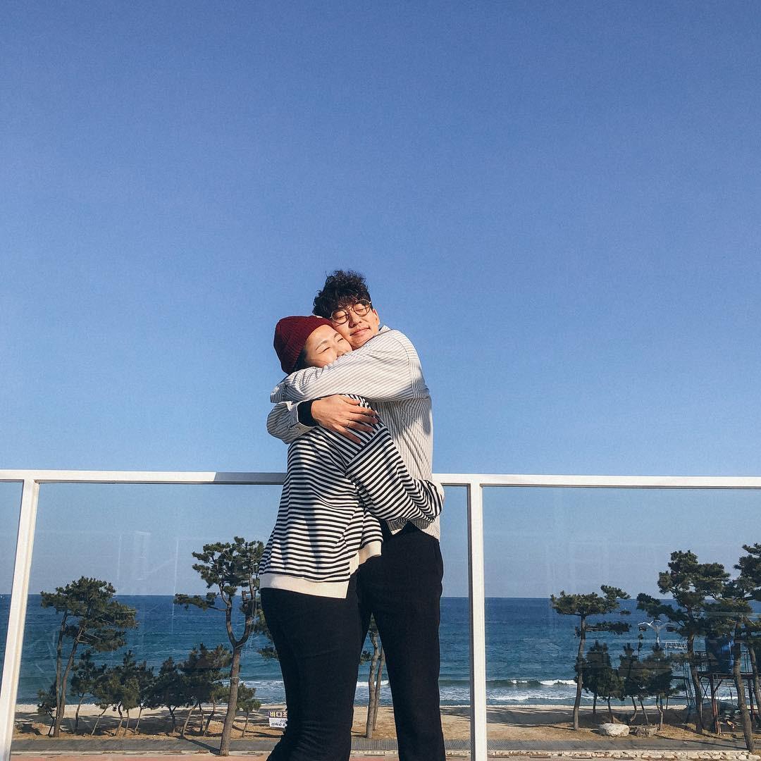 Học cách pose dáng như cặp đôi người Hàn này, đảm bảo có ngay loạt ảnh du lịch đáng yêu không trượt phát nào - Ảnh 5.