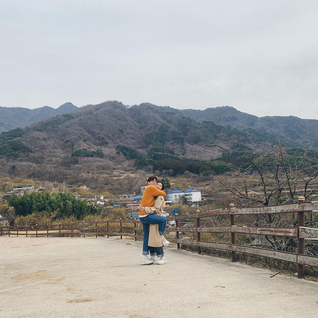 Học cách pose dáng như cặp đôi người Hàn này, đảm bảo có ngay loạt ảnh du lịch đáng yêu không trượt phát nào - Ảnh 9.