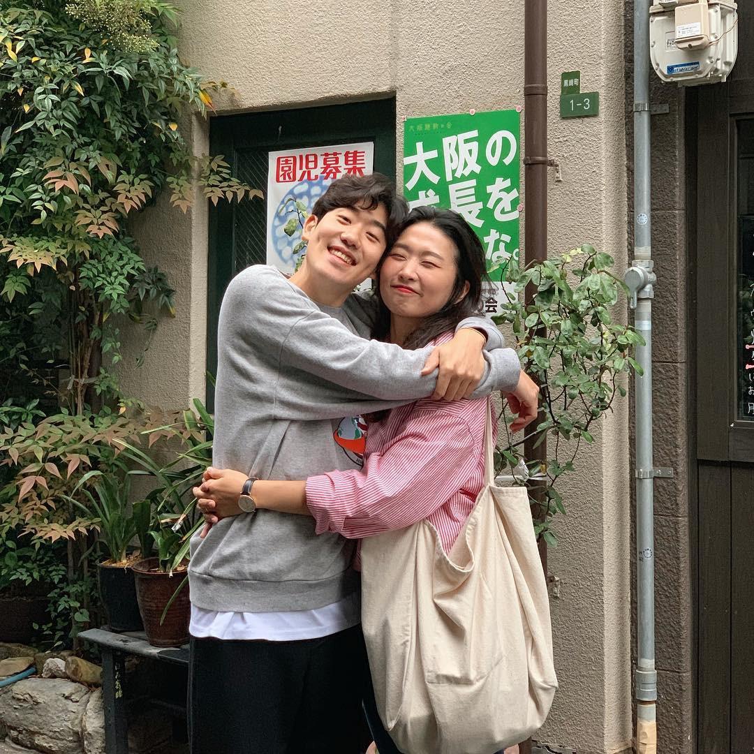 Học cách pose dáng như cặp đôi người Hàn này, đảm bảo có ngay loạt ảnh du lịch đáng yêu không trượt phát nào - Ảnh 1.