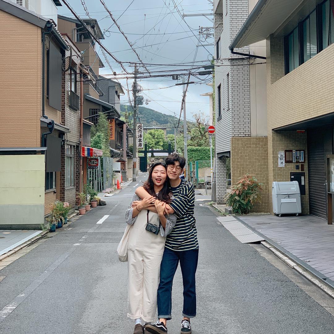 Học cách pose dáng như cặp đôi người Hàn này, đảm bảo có ngay loạt ảnh du lịch đáng yêu không trượt phát nào - Ảnh 3.
