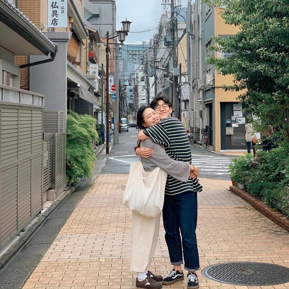Học cách pose dáng như cặp đôi người Hàn này, đảm bảo có ngay loạt ảnh du lịch đáng yêu không trượt phát nào - Ảnh 2.