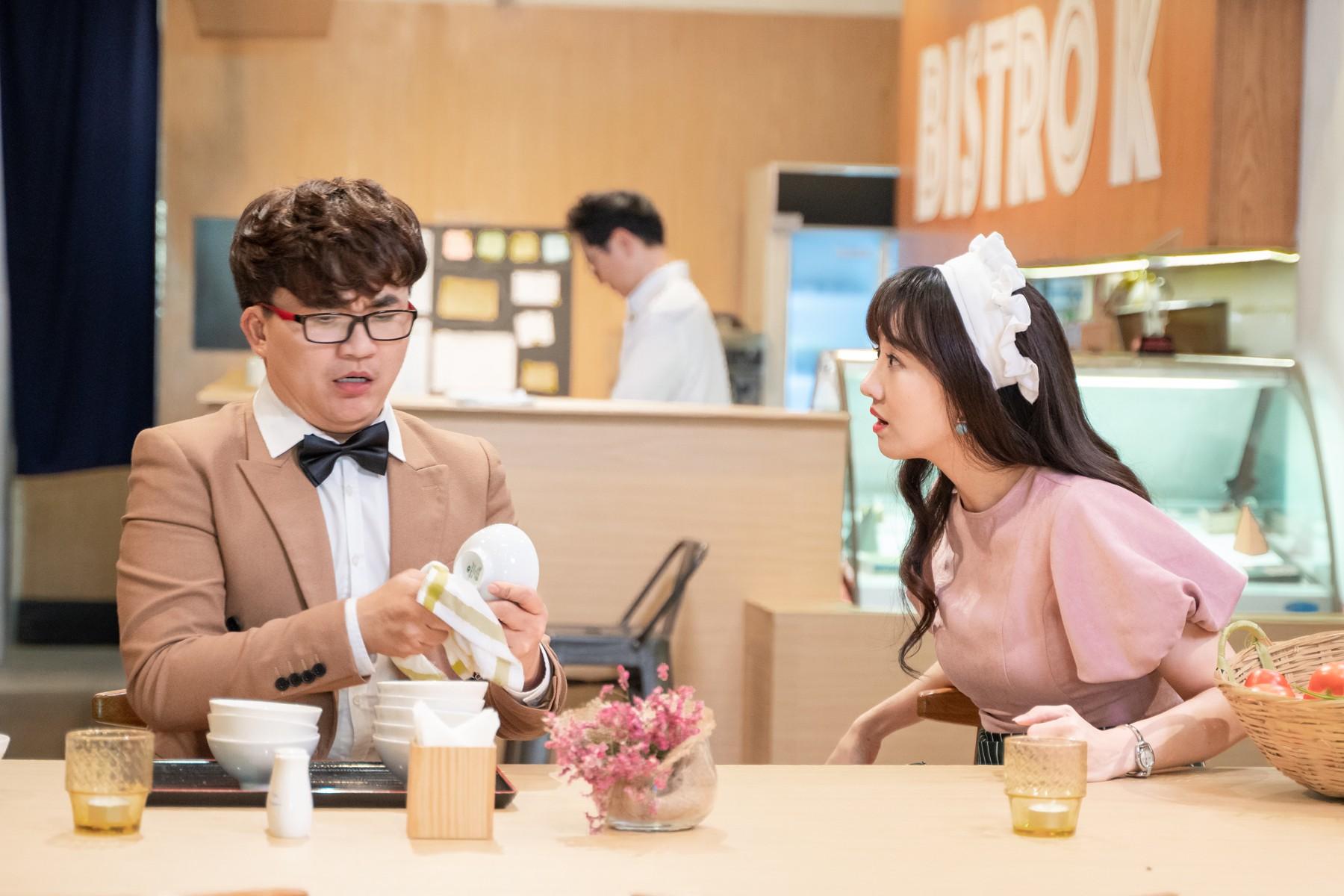 Hari Won làm cô phục vụ cho Minh Hằng, Lan Ngọc, Eunjung (T-ara)... trong show thực tế mới - Ảnh 1.