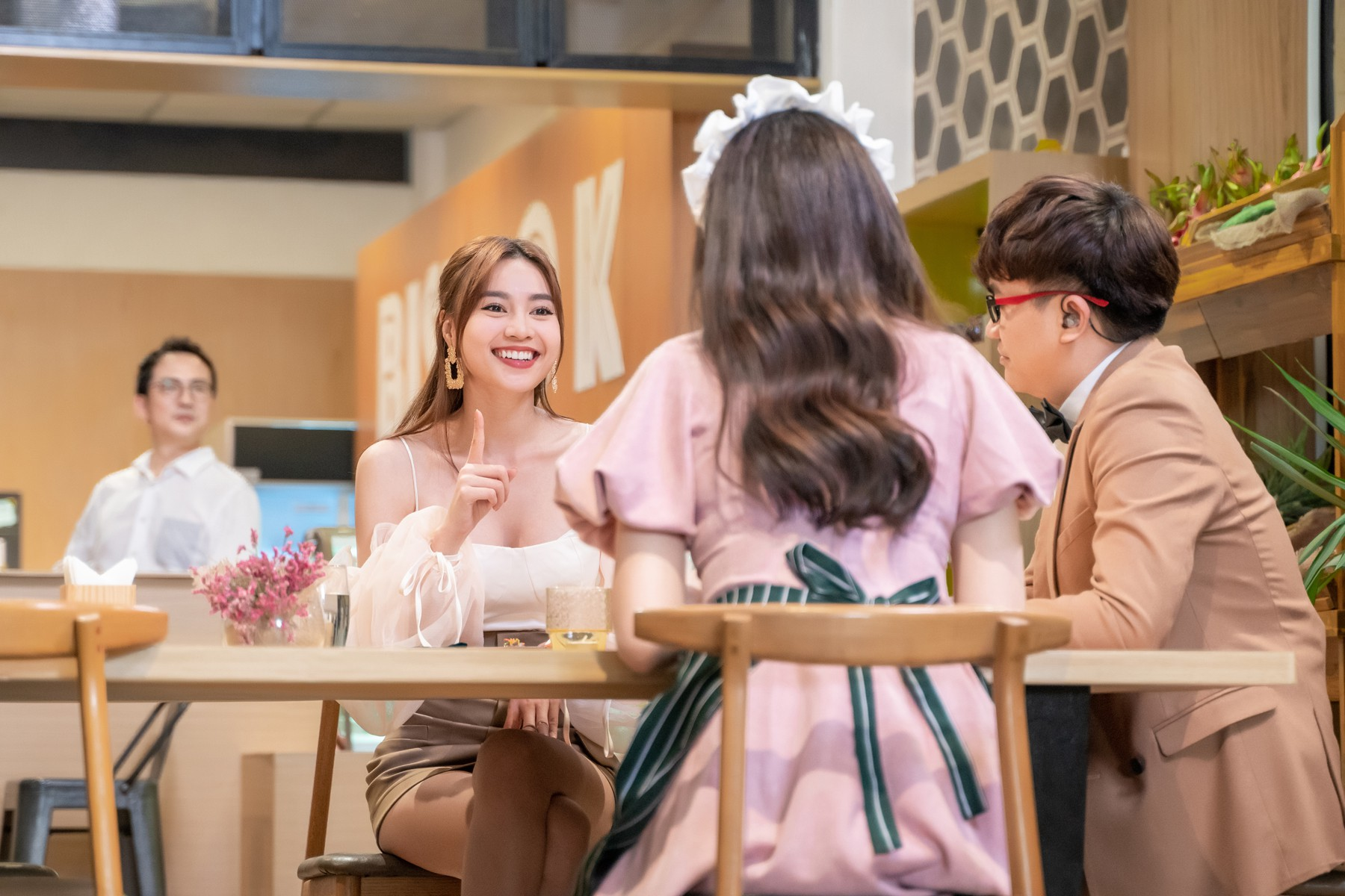 Hari Won làm cô phục vụ cho Minh Hằng, Lan Ngọc, Eunjung (T-ara)... trong show thực tế mới - Ảnh 8.