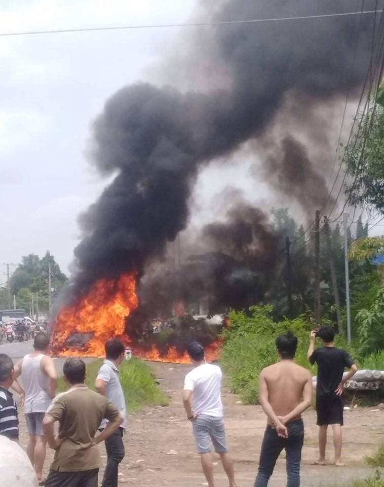 Đồng Nai: Xe ô tô bốc cháy trên quốc lộ 20, 1 người mắc kẹt chết cháy - Ảnh 1.