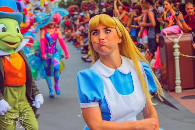 9 bí mật đằng sau vẻ hào nhoáng của những cô công chúa làm việc tại Disney World - Ảnh 3.