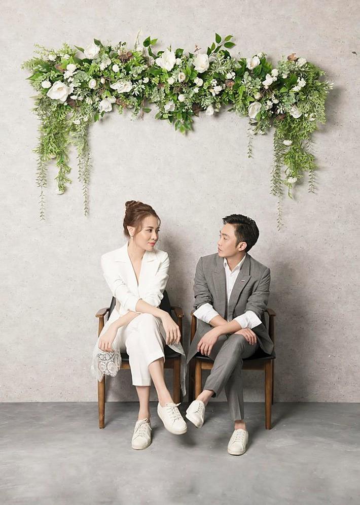 Đàm Thu Trang nhử fan với hình ảnh cô dâu xinh đẹp, NTK tiết lộ giá trị của thiết kế váy khiến ai cũng bất ngờ - Ảnh 2.