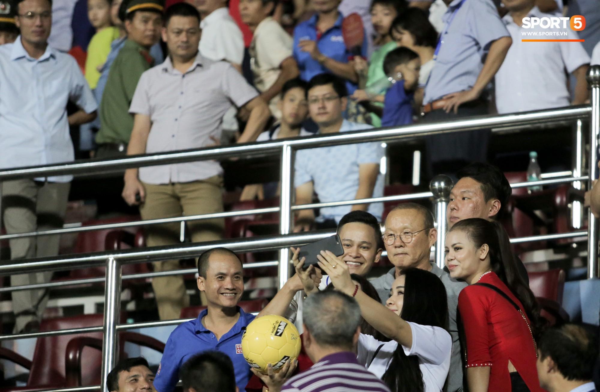 Thầy Park an ủi, Đình Trọng vẫn buồn thiu lặng nhìn đội nhà thua trận trước Nam Định - Ảnh 3.