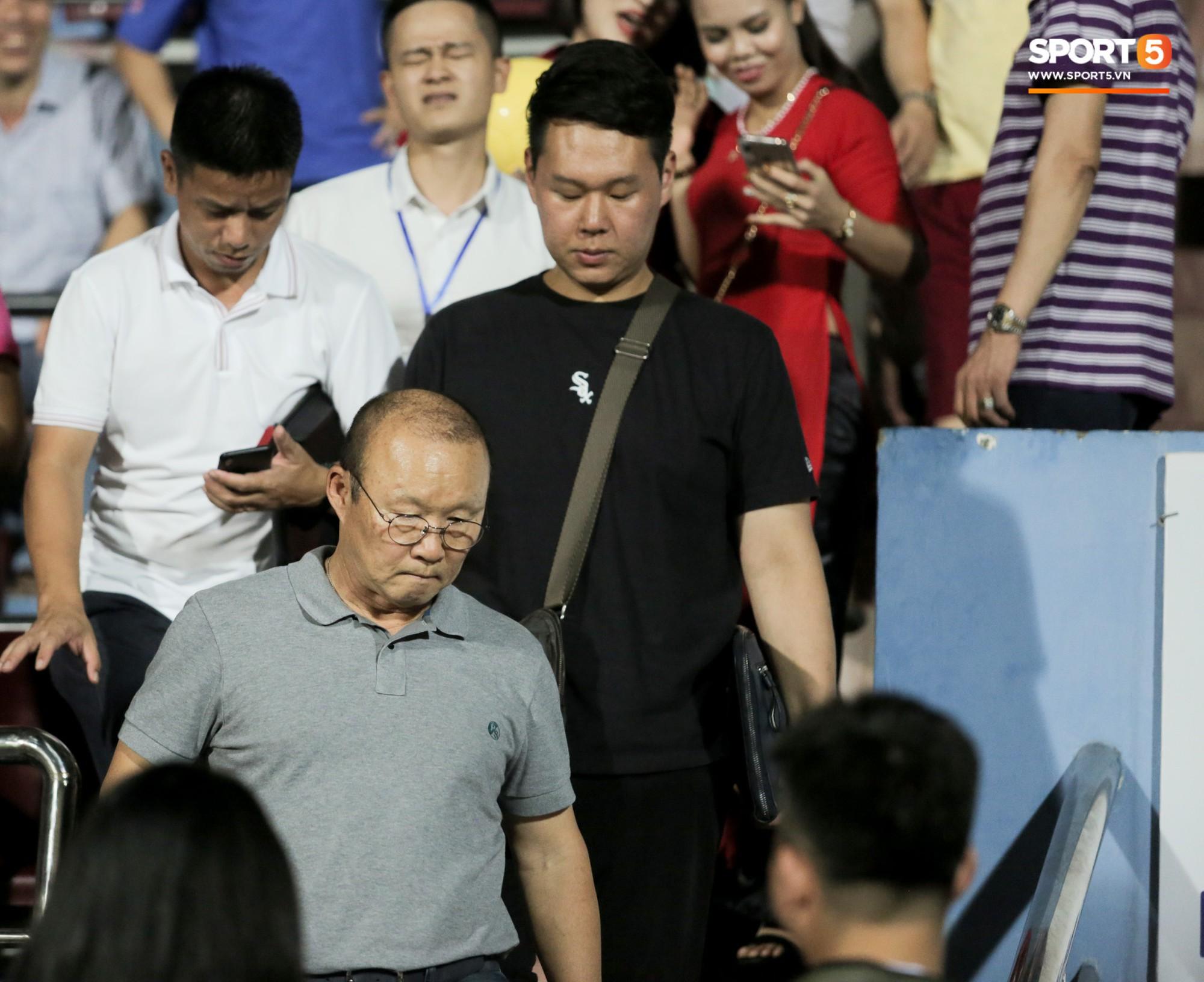 Thầy Park an ủi, Đình Trọng vẫn buồn thiu lặng nhìn đội nhà thua trận trước Nam Định - Ảnh 2.