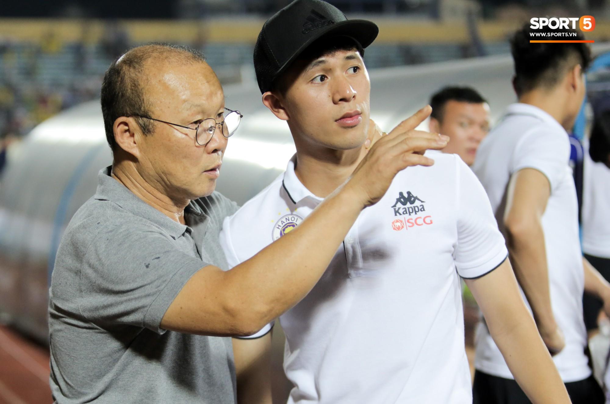 Thầy Park an ủi, Đình Trọng vẫn buồn thiu lặng nhìn đội nhà thua trận trước Nam Định - Ảnh 4.
