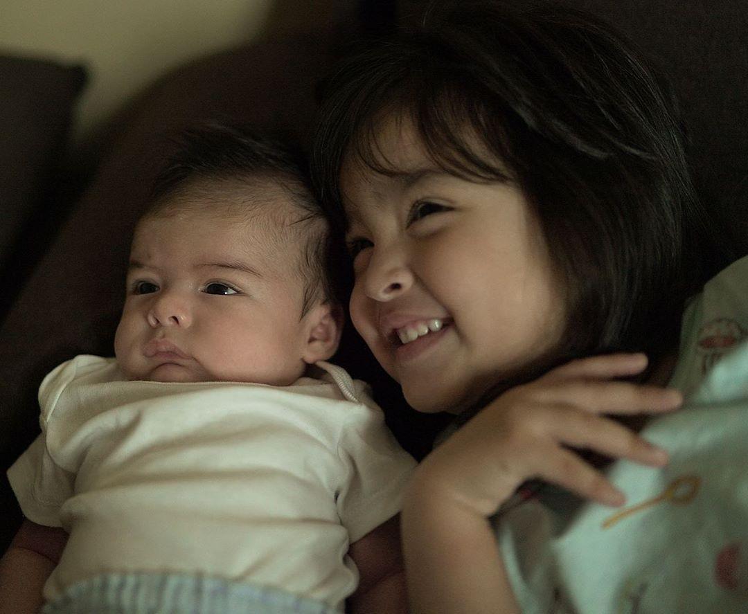 Đọ sắc cùng khung hình, con gái và quý tử của Mỹ nhân đẹp nhất Philippines khiến dân tình trầm trồ không ngớt - Ảnh 2.
