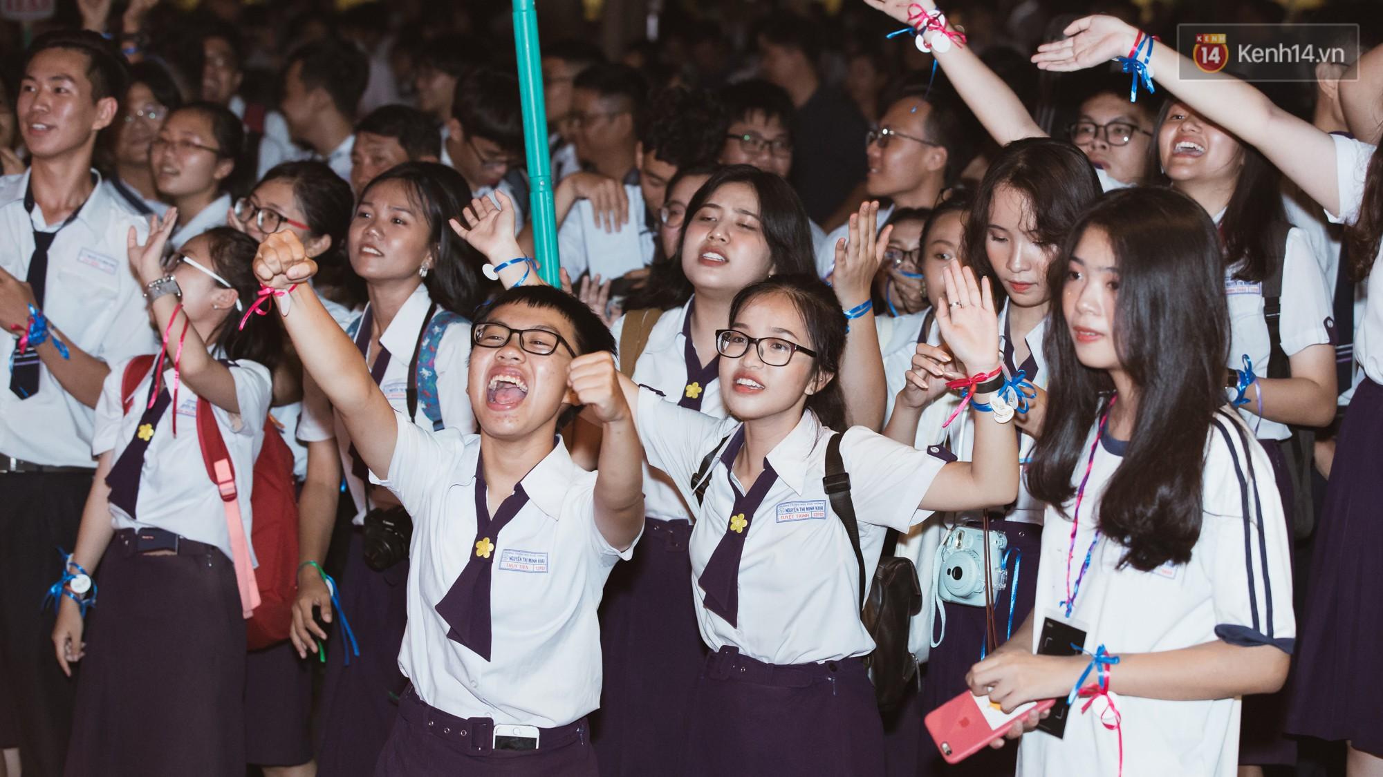 Học sinh trường Minh Khai (TPHCM) ôm nhau khóc nức nở chia tay thầy cô, bạn bè - Ảnh 5.