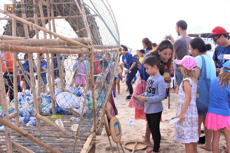 Nữ giáo viên ngoại quốc cùng sinh viên Đà Nẵng tạo nên chú cá Bống khổng lồ ăn rác thải nhựa trên bờ biển - Ảnh 8.