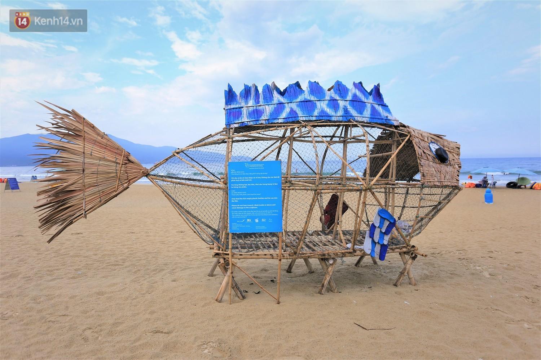 Nữ giáo viên ngoại quốc cùng sinh viên Đà Nẵng tạo nên chú cá Bống khổng lồ ăn rác thải nhựa trên bờ biển - Ảnh 7.