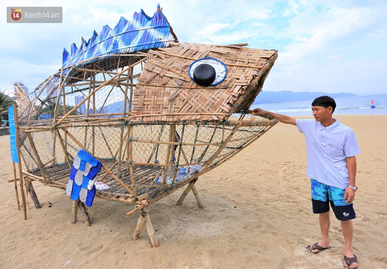 Nữ giáo viên ngoại quốc cùng sinh viên Đà Nẵng tạo nên chú cá Bống khổng lồ ăn rác thải nhựa trên bờ biển - Ảnh 10.