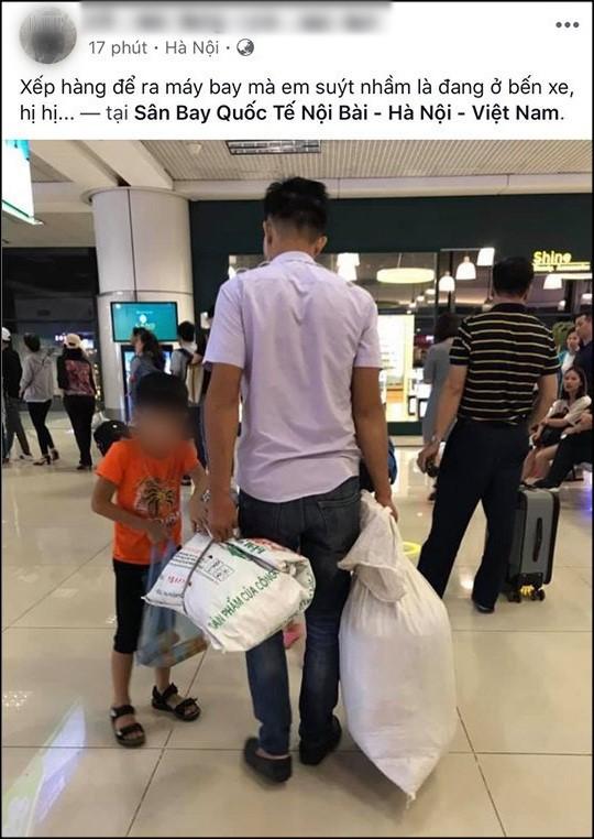 Đăng ảnh mỉa mai 2 bố con đi máy bay đựng hành lý trong bao tải, người đàn ông hứng cả rổ chỉ trích của cộng đồng - Ảnh 1.