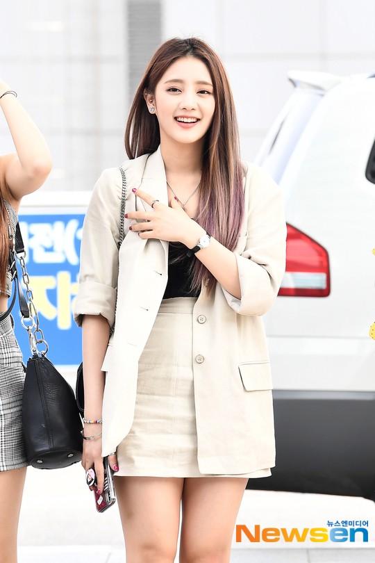 Girlgroup thế hệ mới nhà Cube gây bão tại sân bay: Thành viên hụt BLACKPINK xuất thần, body mỹ nhân 98er quá nuột - Ảnh 7.