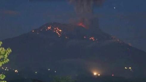 Indonesia hủy bỏ nhiều chuyến bay do núi lửa Agung phun trào - Ảnh 1.