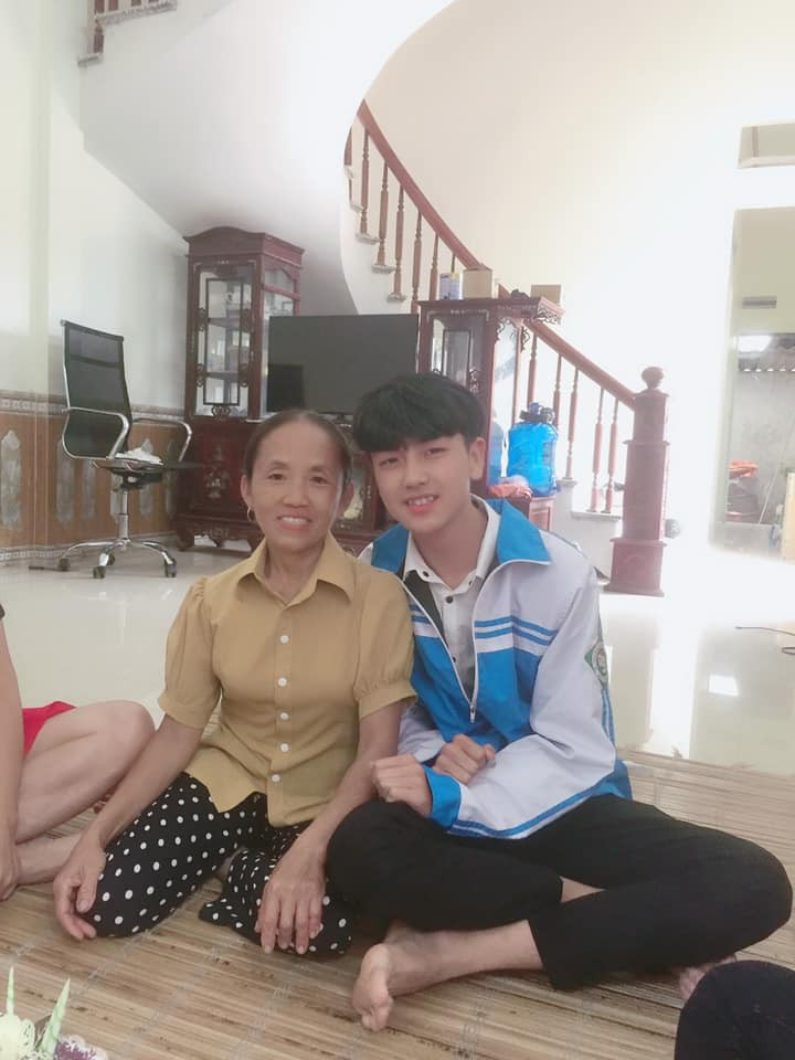 Đến thăm nhà Bà Tân Vlog, nam sinh nổi rần rần trên mạng vì sở hữu nhan sắc giống hệt Giang Thần - Ảnh 2.