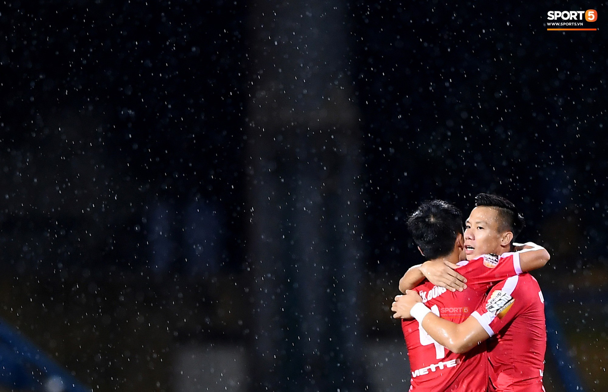 Chùm ảnh Tiến Dũng ôm Quế Ngọc Hải dưới màn mưa khiến fan ngỡ ngàng: Các anh đang quay MV Hàn Quốc hay gì? - Ảnh 1.