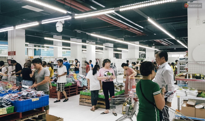 Siêu thị Auchan những ngày cuối cùng ở Việt Nam: Hàng hoá được gom lại một chỗ, không còn cảnh chen lấn - Ảnh 1.