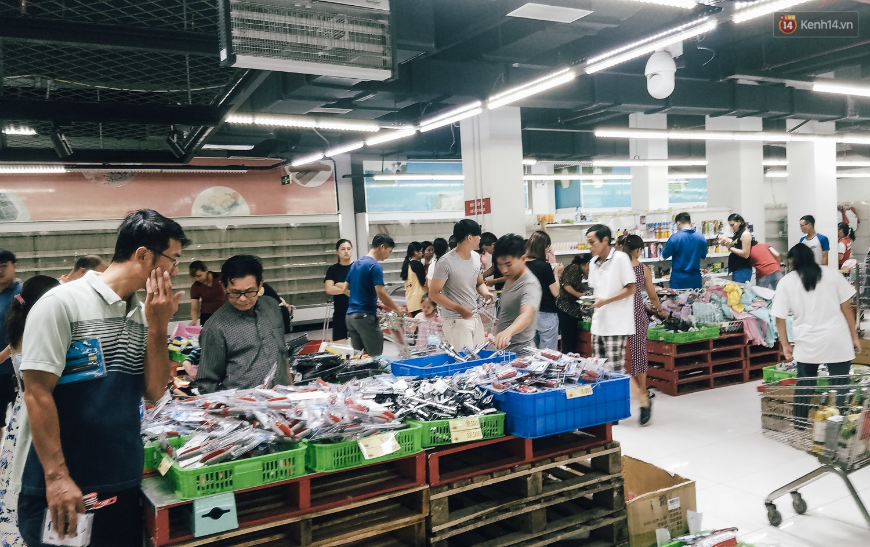 Siêu thị Auchan những ngày cuối cùng ở Việt Nam: Hàng hoá được gom lại một chỗ, không còn cảnh chen lấn - Ảnh 2.