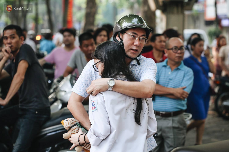 Sáng nay, học sinh Hà Nội chính thức bước vào kỳ thi tuyển sinh lớp 10, căng thẳng hơn thi Đại học - Ảnh 1.