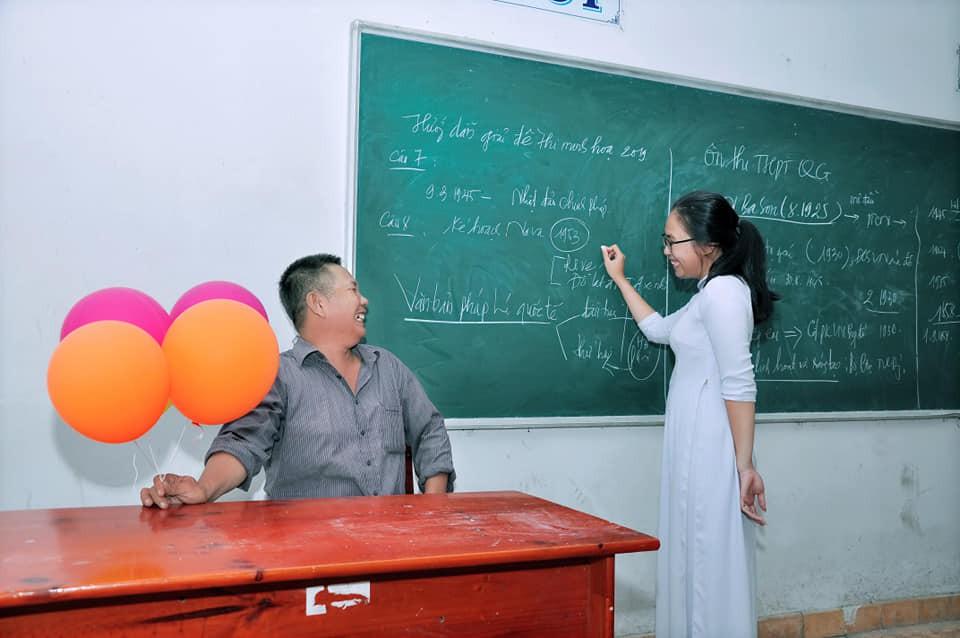 Chuyện về người cha nghèo 10 năm trời lặng lẽ cầm bóng bay đến xem con gái nhận thưởng trong ngày bế giảng - Ảnh 2.