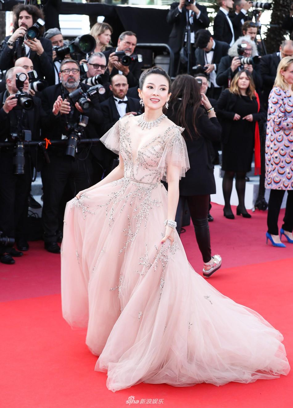 Chương Tử Di lại hút ống kính bằng vẻ đẹp không tì vết nhưng một người đẹp 50 tuổi khác cũng gây chú ý không kém trong ngày bế mạc Cannes - Ảnh 1.