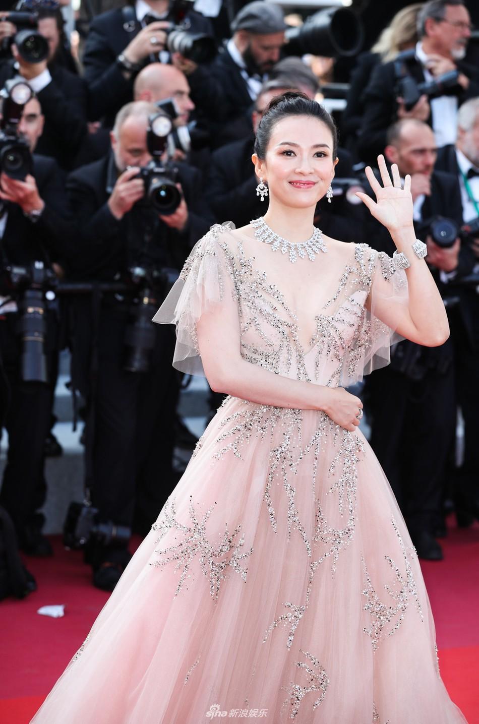 Chương Tử Di lại hút ống kính bằng vẻ đẹp không tì vết nhưng một người đẹp 50 tuổi khác cũng gây chú ý không kém trong ngày bế mạc Cannes - Ảnh 2.