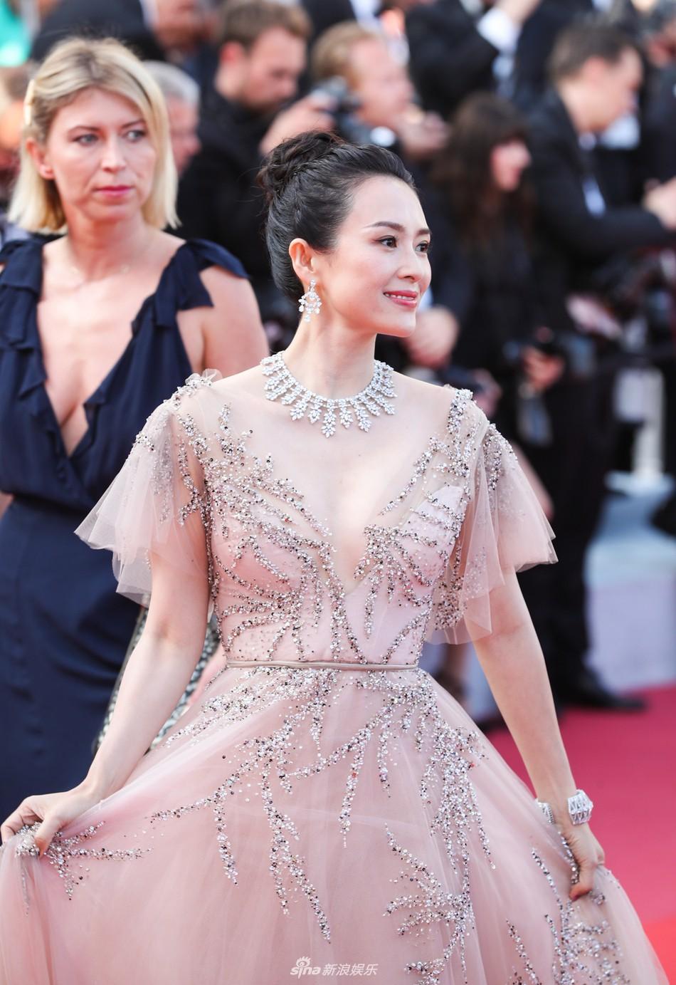 Chương Tử Di lại hút ống kính bằng vẻ đẹp không tì vết nhưng một người đẹp 50 tuổi khác cũng gây chú ý không kém trong ngày bế mạc Cannes - Ảnh 3.