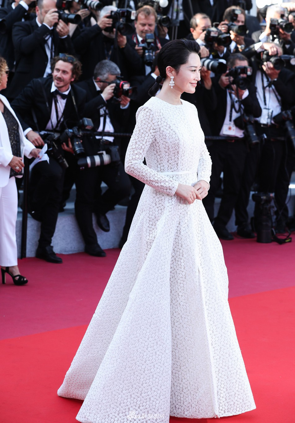 Chương Tử Di lại hút ống kính bằng vẻ đẹp không tì vết nhưng một người đẹp 50 tuổi khác cũng gây chú ý không kém trong ngày bế mạc Cannes - Ảnh 4.