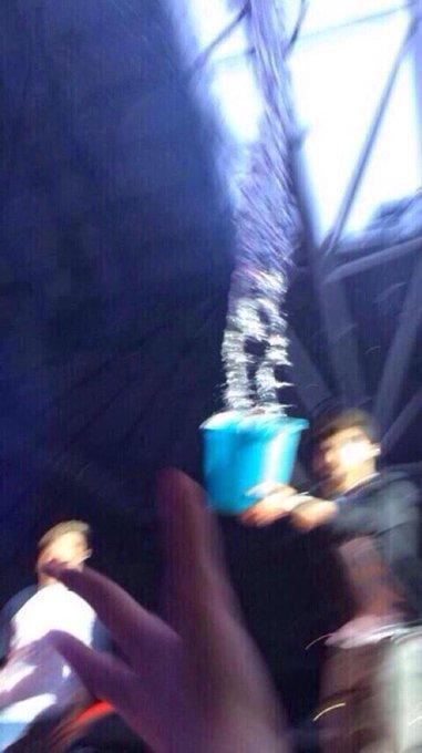 Khi trai đẹp bật mode đanh đá: Fan ném chai nước trúng người, Zayn Malik tặng lại nguyên xô nước vào mặt fan - Ảnh 4.