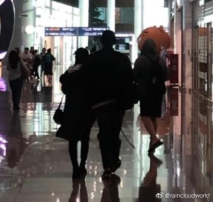 Nhìn hình ảnh gần đây nhất mới thấy, Bi Rain có một thói quen 2 năm không đổi đặc biệt dành cho bà xã Kim Tae Hee - Ảnh 2.