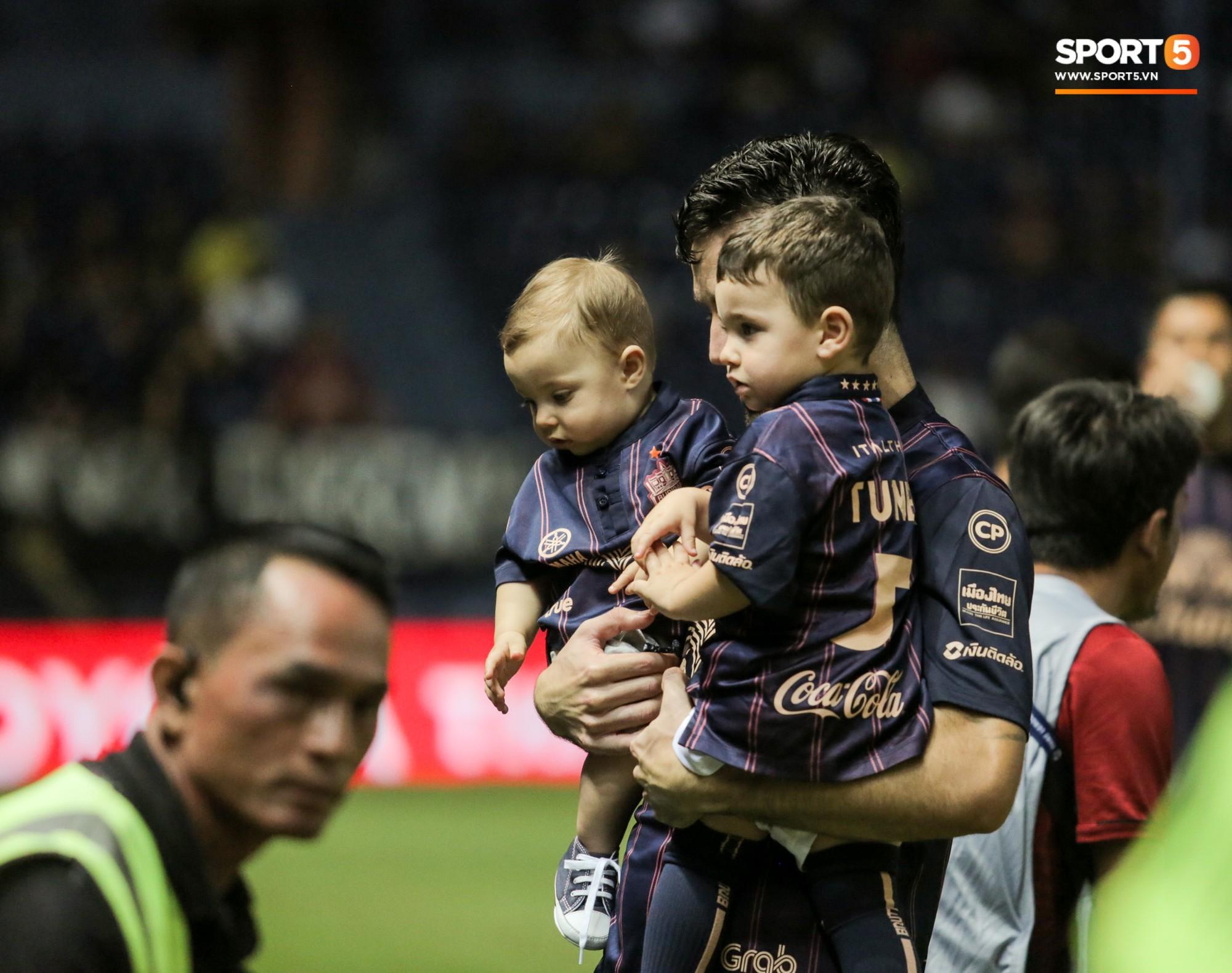 Bạn thân Xuân Trường điển trai, để lại hình ảnh ấm áp về tình phụ tử trước trận derby bóng đá Thái - Ảnh 4.