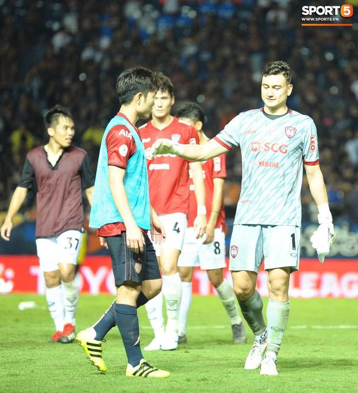 Xuân Trường, Văn Lâm ôm nhau đầy tình cảm sau trận đối đầu tại Thai League - Ảnh 1.