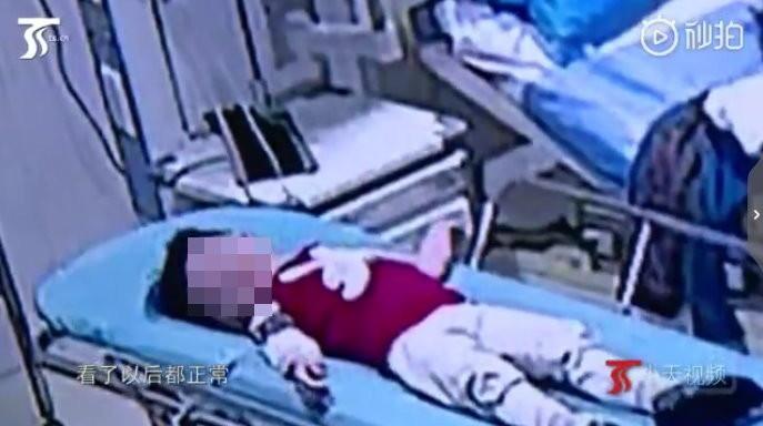 Thót tim bé trai 2 tuổi rơi từ tầng 5 thẳng xuống đất và hành động của người đàn ông sau đó được khen như anh hùng - Ảnh 2.