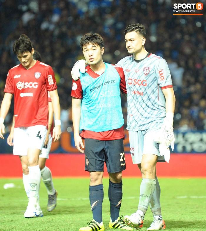 Xuân Trường, Văn Lâm ôm nhau đầy tình cảm sau trận đối đầu tại Thai League - Ảnh 3.