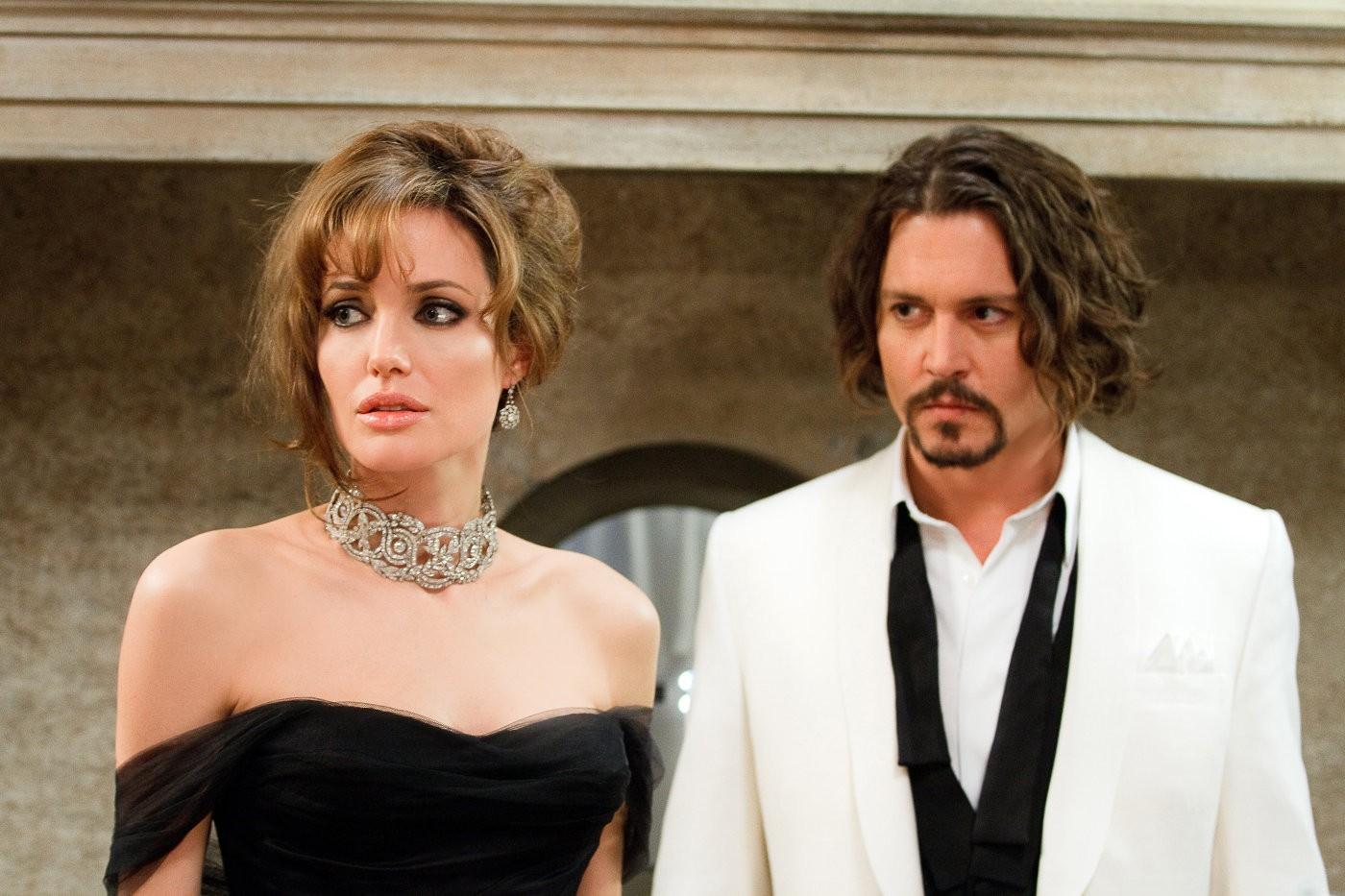 Ly hôn Brad Pitt chưa được bao lâu, Angelina Jolie đã đề nghị Johnny Depp đến sống chung? - Ảnh 1.